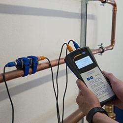 El caudalímetro por ultrasonido efectuando una medición en una tubería
