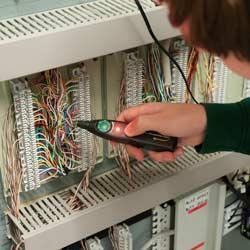 Comprobación con el comprobador de cables PCE-170 CB de una central telefónica