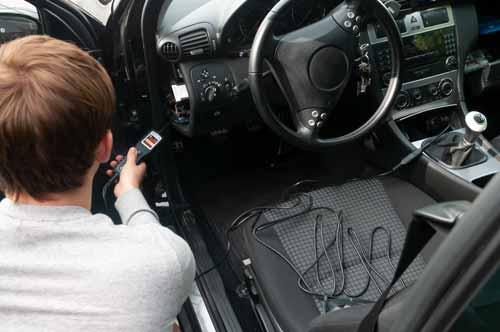 Uso del comprobador de tensión para coches PCE-ACT 10