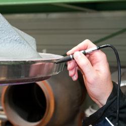 Puede situar la sonda fina del defectoscopio sobre la pieza de ensayo en diferentes ángulos.