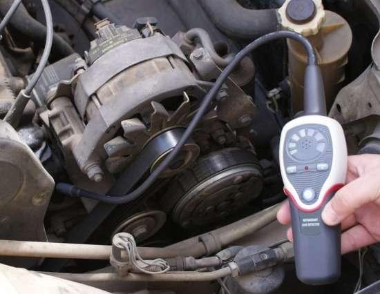 El detector de gas refrigerante PCE-LD 1 midiendo fugas de gases refrigerantes en el sistema de ventilación de un turismo.
