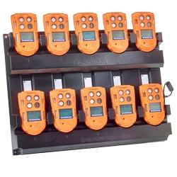 Existe la posibilidad de usar un cargador de 10 vías para el detector multigas.
