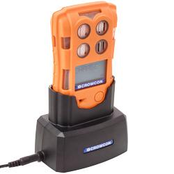 Puede cargar el detector multigas a través de una base de carga individual.