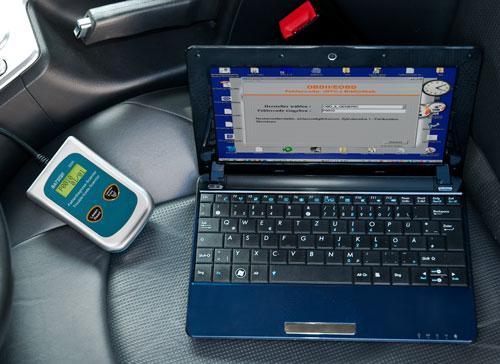 El escáner diagnóstico automotriz OBDII leyendo los códigos y analizando directamente los errores mediante el software que se incluye en el envío