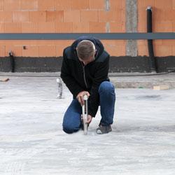 Midiendo la dureza de un suelo de hormigón con el esclerómetro PCE-HT 450