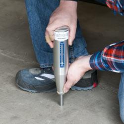 Medición de la dureza del hormigón en el suelo con el esclerometro PCE-HT 225A