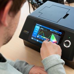 Midiendo la tensión con el analizador LAN con función multímetro