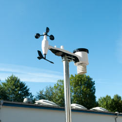 Imagen de los sensores de la estación meteorológica instalados en un mástil