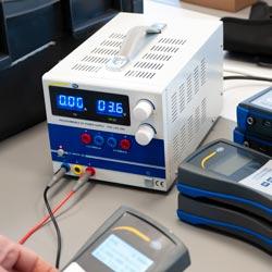 Comprobación de un dispositivo usando la fuente de alimentación programable PCE-LPS 3305