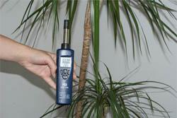 Midiendo la humedad ambiental de una estancia con el higrómetro PCE-555.