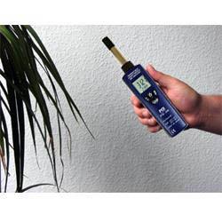 Higrómetro PCE-555, realizando una medición en el interior de la humedad.