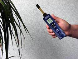 El humidímetro PCE-555 en una medición de interior