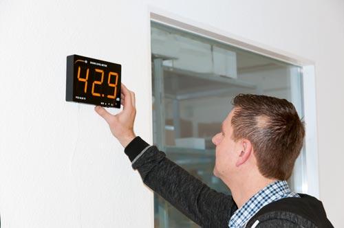 El indicador de ruido montado en una pared