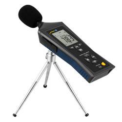 Medidor de sonido PCE-322A realizando una medición con el trípode que lleva el envío.