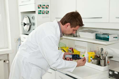 Realizando con el luminometro un control de higiene un consultorio médico.