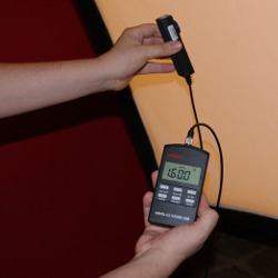 Comprobación de la iluminación en luxes con el luxómetro en un estudio de fotografía.