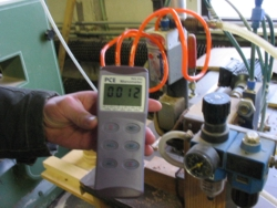 Manómetro PCE-P05 midiendo la presión diferencial del motor de una maquina