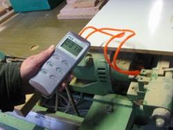 Manómetro PCE-P05 midiendo la presión en una maquina