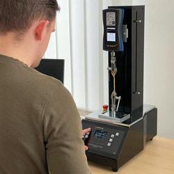 Ensayo de tracción con la máquina de ensayo motorizada de tracción y compresión PCE-VTS 50