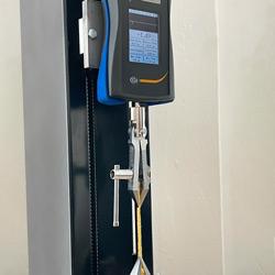 Ensayo con la máquina de ensayo motorizada de tracción y compresión PCE-VTS 50