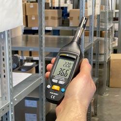 Medidor ambiental multifunción realizando una medición en un almacén