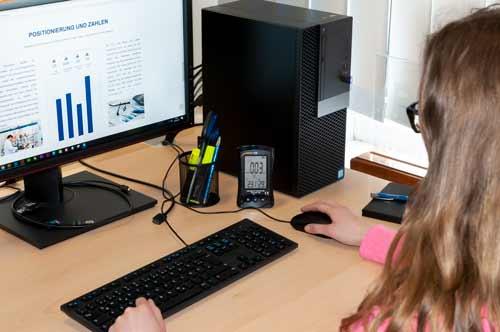 Midiendo con el medidor de calidad del aire en una oficina