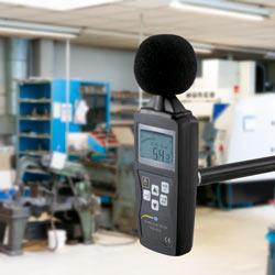Medición de ruido con el medidor de decibelios LEQ en un taller PCE-353N.