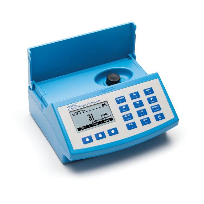Imagen de uso del medidor fotométrico multifunción HI 83325-02