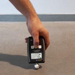 Comprobación de un suelo de cemento con el medidor de humedad de materiales de construcción PCE-PMI 3