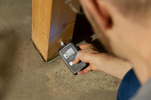 Comprobación de humedad de la madera con el medidor de humedad de materiales de construcción PCE-PMI 3