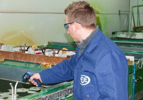 El medidor láser para temperatura PCE-889 A durante la medición de la temperatura de una superficie