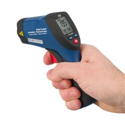 Aquí se aprecia el tamaño del medidor láser de temperatura.