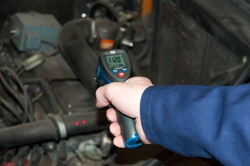 El medidor láser de temperatura PCE-889B realizando una medición instantánea de una superficie