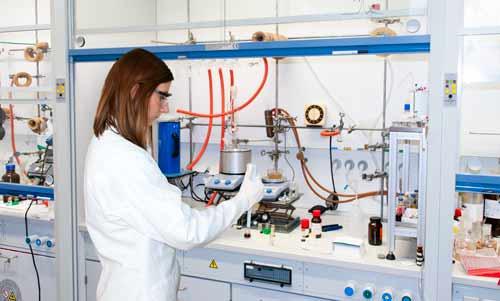 Uso del medidor de pH en un laboratorio