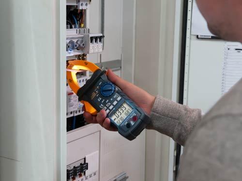 Imagen de uso del medidor de potencia de pinza PCE-PCM 3