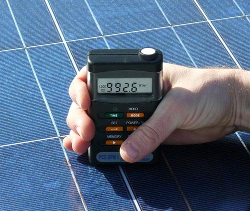 Medición de un panel de celulas fotovoltaicas con el medidor de radiación solar PCE-SPM1
