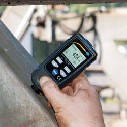 Gracias a sus dimensiones reducidas puede usar el medidor de recubrimiento en lugares de difícil acceso.