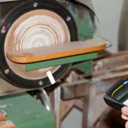 Medición óptica en una lijadora con el medidor de revoluciones