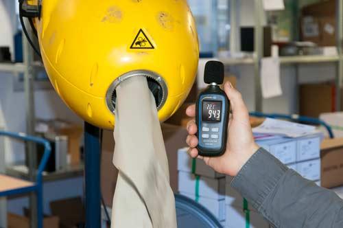 Uso del sonómetro PCE-MSL 1 en un almacén.