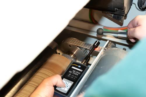 Realizando una comprobación con el medidor de tensión de correas