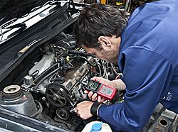 Aquí ve el medidor PCE-BTT 1 para medir la tensión de correas de distribución comprobando un vehículo
