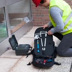 Equipo del medidor de tierra PCE-ET 5000 para realizar una comprobación