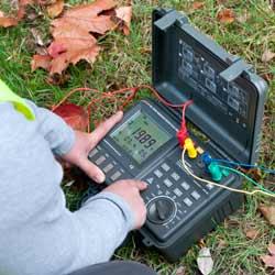 Realizando una comprobación de resistencia con el medidor de tierra PCE-ET 5000
