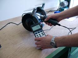 Medidor de torque midiendo el par de apriete en una amoladora.