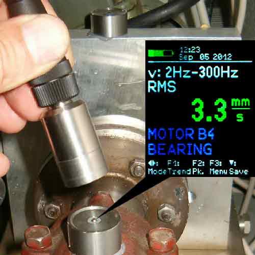 Imagen de uso del medidor de vibraciones PCE-VM 25