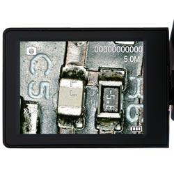 Aquí observa el microscopio durante un proceso de aumento de imagen.
