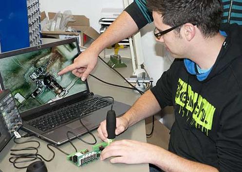Comprobaando una placa electrónica con el microscopio USB