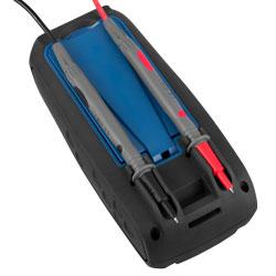 Las puntas del milivoltímetro digital están situadas en la parte posterior