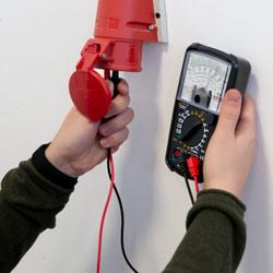 Medición de tensión con el multímetro analógico PCE-AMM 5