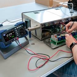Imagen de uso del multímetro digital PCE-BDM 20